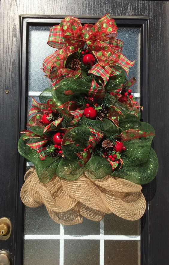 Esta reluciente corona del árbol de Navidad ha sido cuidadosamente esculpida de malla de deco, adornado con selecciones de Granada, pera o manzana con