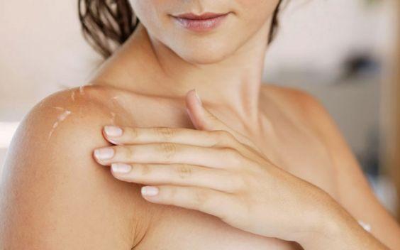 Duschgels trocknen unsere Haut aus. Deshalb benutzen viele Menschen Körperlotionen. Diese sollten bestenfalls pflegen, zarte Haut verleihen und der trockenen Haut den Kampf ansagen. Doch leider tun dies viele mit künstlichen und schädlichen Stoffen. Im Test werden natürliche und konventionelle Bodylotions genau unter die Lupe genommen. Mehr dazu finden Sie in unserem Artikel «Angeschmiert, oder halten Bodylotions im Test was sie versprechen?». Foto: © iStock / Thinkstockphotos