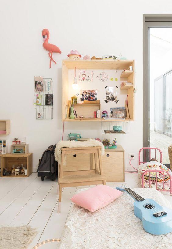 Une chambre d'enfant avec des meubles astucieux en contreplaqué