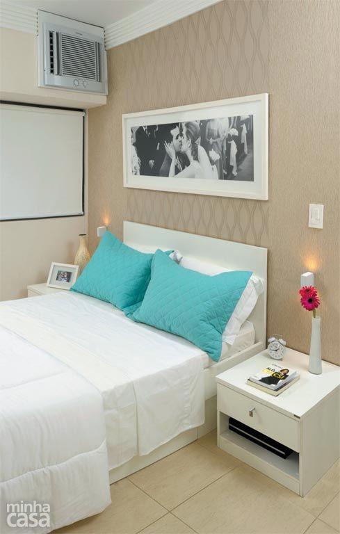 O quarto da designer de interiores Gabriela Alencar tem apenas o essencial: um par de criados-mudos e a cama com gavetões para lençóis, mantas e toalhas. A parede da cabeceira foi revestida de papel de parede em dois padrões com texturas beges.: