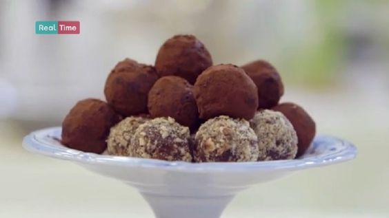 tartufini alla nocciola.  Sciogliete il burro sul fuoco con la panna e il caffè solubile; unite il cioccolato e mescolate ancora un pò. Trasferite la crema ottenuta in una ciotola e fatela raffreddare. Formate i tartufini modellandoli con le mani, inseriteci in alcuni le nocciole (o, se volete, i marron glacè) e ripassateli nel cacao (o, se avete scelto di farli con i marron glacè, nella granella di nocciole).