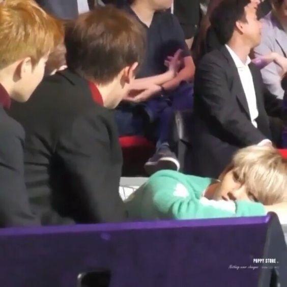 Resultado de imagem para Baekhyun looking at Chanyeol's dick