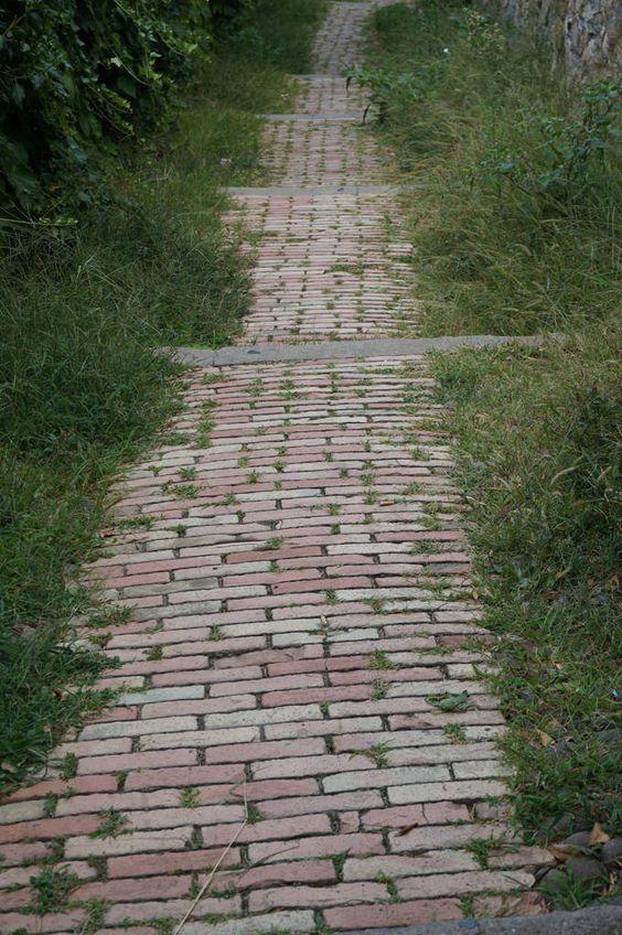Chemin de brique id es jardin pinterest chemin de brique for Idee chemin jardin