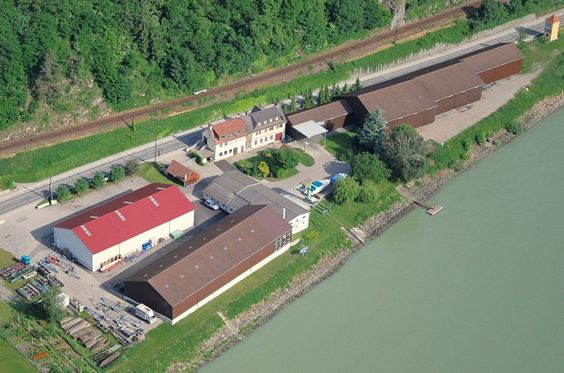 Bootswerft Meyer, Schiffbau - Bootbau. Herzlich Willkommen in der Bootswerft Meyer! Seit 1862 designen und bauen wir Boote nach Maß. Unsere Spezialisierung liegt in der Konstruktion sowie dem Bau von Einzelfertigungen nach individuellen Anforderungen. Sie wählen die Rumpfform, bestimmen die Antriebsart und den Ihren Wünschen entsprechenden Aufbau.  Wir bieten in Sachen Design, Material und Technik höchstes Niveau. Die Werft an der Donau bietet ein fachgerechtes Boot- und Motorservice sowie…