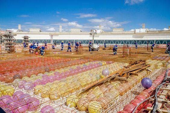 Tecnologia Bublble Deck  fonte: http://casa.abril.com.br/materia/esferas-plasticas-substituem-o-concreto-em-obra-no-galeao?utm_source=redesabril_casas&utm_medium=facebook&utm_campaign=redesabril_revistaaec