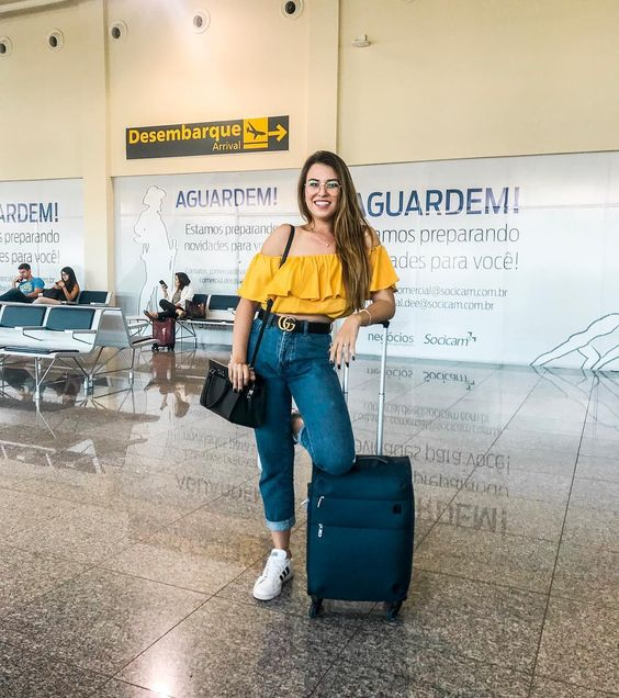 Blusa ciganinha Blusa amarela Calça jeans Calça cintura alta Cinto Gucci Bolsa Michael Kors