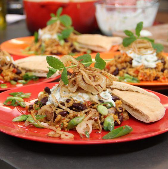 Bonen-rijstschotel met gefrituurde uien en tzatziki