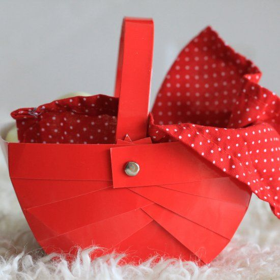 A very easy way to make a paper basket for Easter, pretend play or your Little Red Riding Hood costume. Free template and tutorial.