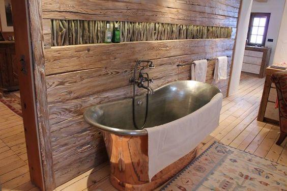 Freistehende badewanne aus messing in altholz eingefasst for Badezimmer ideen altholz