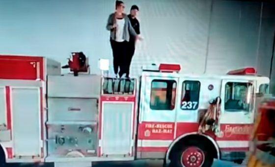 بالفيديو إطفائي يطلب يد حبيبته بخرطوم طوله 30 مترا شبكة وكالة نيوز