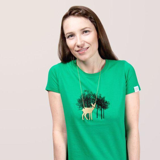 Jersey-T-ShirtFarbe: college green100% BaumwolleRundhalsausschnittSiebdruck+1,5 mm Kugelkette nickelfreihöhenverstellbarer VerschlussMessinganhänger (72 x 61 mm) zzgl. Versand: D: ab 3,90€EU: from 6,90€rest of the world: from 7,90€