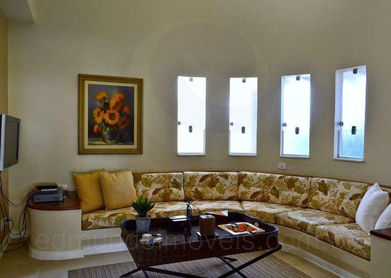 Sala Pequena Com Sofa De Alvenaria ~  de filmes em frente à TV A mesa de centro em rattan serve de apoio