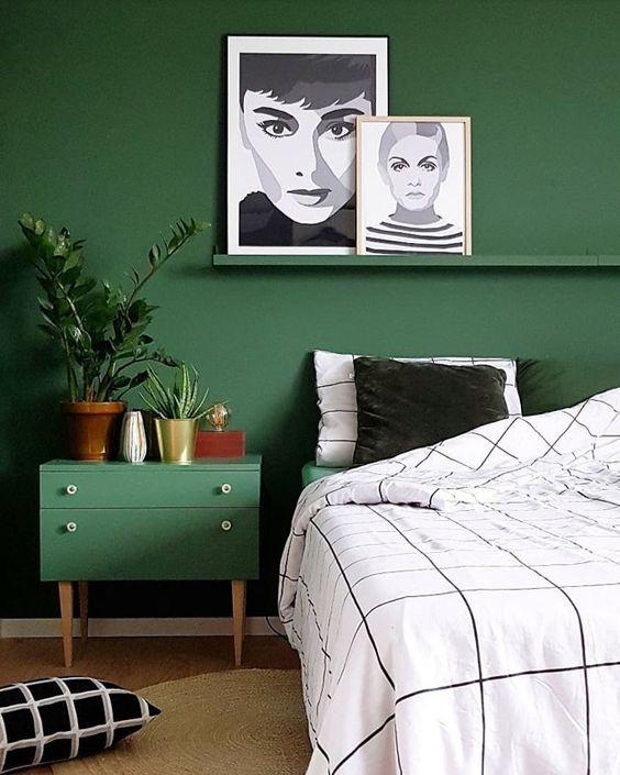 Já em seu quarto a tonalidade marcante cobre as paredes e até mesmo seu criado-mudo que tem um toque vintage, onde alguns vasos de planta enfeitam o móvel. (Foto: Reprodução/Divulgação) #decoração #decoration #greenery #quartos #bedroom #casavogue