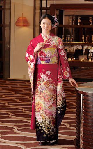 赤地に花柄の振袖を着ている武井咲