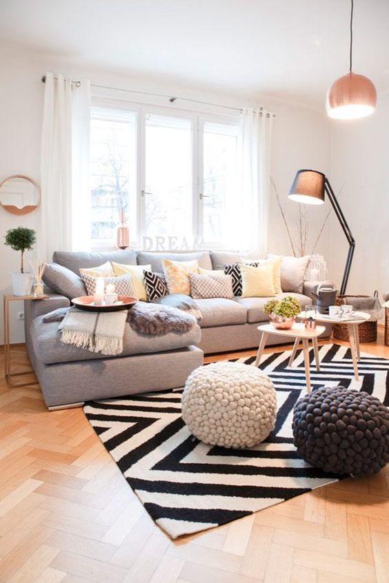 Skandinavisch Einrichten: Entdecke einen fröhlichen Familienlook zum Toben und Entspannen. Modernes skandinavisches Design und quadratische Prints geben den gut gelaunten Ton an! Eine wahre Insel der Ruhe ist das Ecksofa in angesagtem Grau. Dazu können wunderbar alle Farben kombiniert werden!: