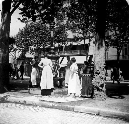 Prenent aigua a la Font de Canaletes, Rambles de Barcelona, 1900  Museo Virtual - ID: 6832