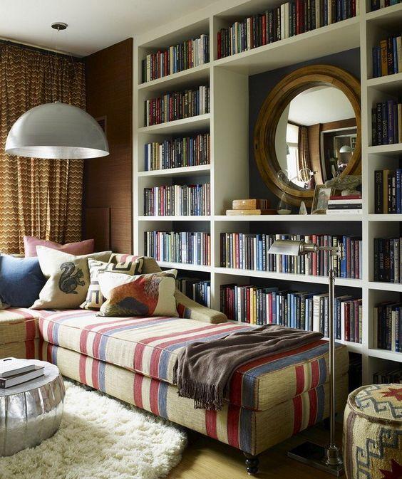 coin lecture cosy, bibliothèque en bois massif et lit de jour multicolore, tapis shaggy et table basse design