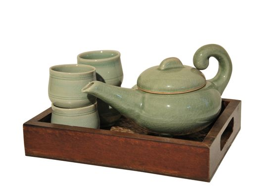 Dieses asiatische Teeservice in Pastellgrün verspricht Teegenuss pur. Von unzähligen zarten Linien durchbrochen, schenkt dieses Teeservice seinem Besitzer viel Freude. Der spezielle Effekt des gebrochenen Tons, der für die berühmte Celadon-Technik stilbildend ist, wirkt harmonisch und angenehm. Das Teeservice besteht aus 4 Teebechern, einer Teekanne und einem passenden braunen Holztablett mit zwei Griffen. Das Service ist aus gebranntem, lackiertem Ton und in liebevoller Handarbeit…