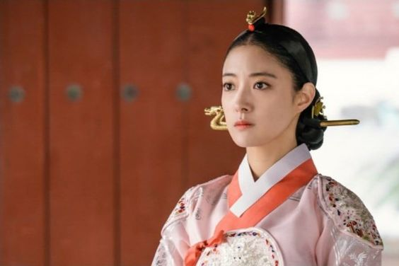Lee Se Young Is A Strong-Minded Queen In Yeo Jin Goo's Upcoming Historical Drama
