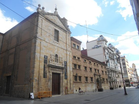 Impares de la calle Mayor a la altura del Convento de las Agustinas.