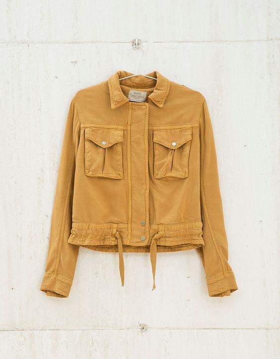 Blusão BSK curta detalhe bolsos. Descubra esta e muitas outras roupas na Bershka com novos artigos cada semana