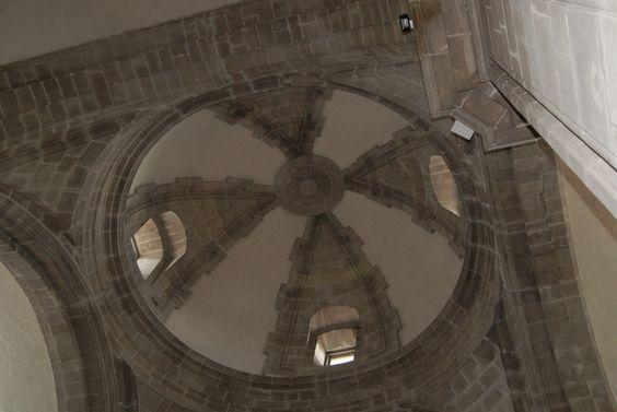 Iglesia de Santo Domingo. De origen Barroco, usada como fortaleza por Francis Drake. Singularidad: La torre parece que está girada, pero realmente es la orientación de la iglesia lo que está girada para poder unirse con la fachada del edificio de al lado.