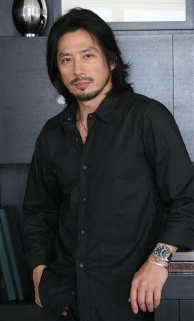 黒シャツの真田広之