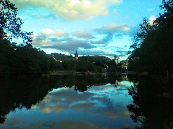 Boa tarde :D Reflexos perplexos: o que está em baixo é quase igual ao que está em cima. A vila de Arcos de vista a partir do Piolho na tarde de ontem.