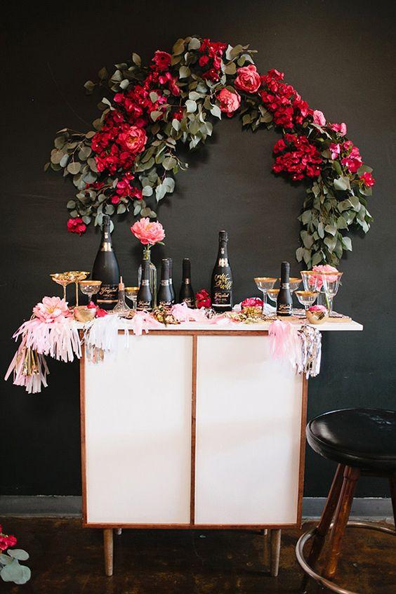Inspiration Party, noir rose et doré. Ambiance très girly, parfait pour un enterrement de vie de jeune fille. Buffet blanc, champagne noir et décoration rose. Coupe à champagne dorées. Arc en fleurs,roses, et eucalyptus.: