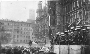 Bundesarchiv Bild 119-1486, Hitler-Putsch, München, Marienplatz.jpg