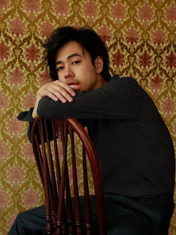 かっこよく椅子に座っている成田凌のかっこいい高画質画像