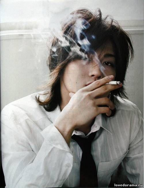 煙草を吸う赤西仁