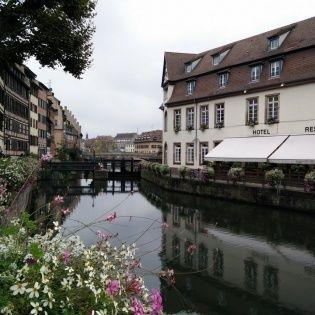 ניתן להגיע לאזור צרפת הקטנה בעיר על פי השילוט הברור (ובעזרת המפה הניתנת חינם הלשכת התיירות שבכיכר הקתדרלה). צרפת הקטנה הוא המרכז