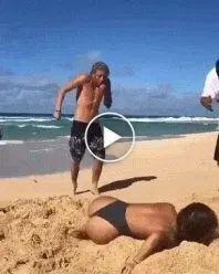 Essa moça deu uma cabeçada na areia