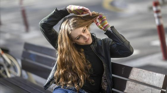 Carla Agulló, en un banco en la Gran Via, la semana pasada / JORDI COTRINA