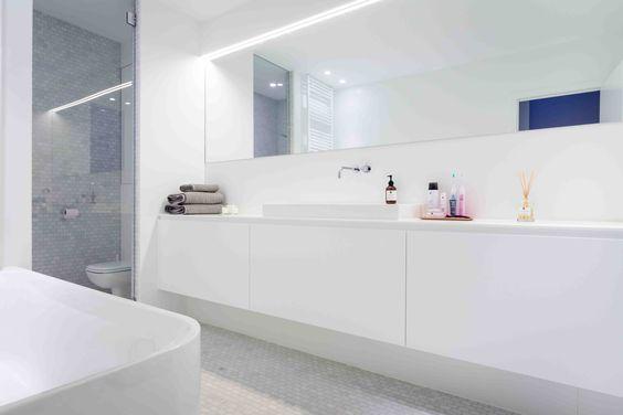 Mooi eenvoudig meubel en leuk tegeltje, spiegel op volledige breedte