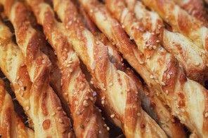 Käsestangen aus Hefeblätterteig