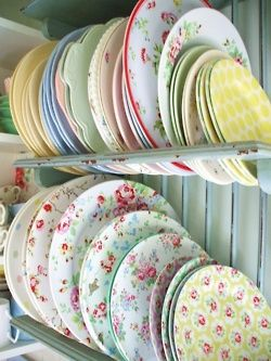 mix-match vintage plates... lovely @Alashia Phelps Phelps Hull.  If only they could be washed in the dishwasher!