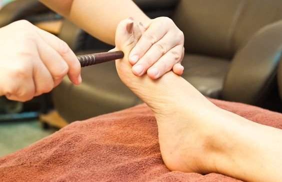 """""""A Thai Yoga Massagem e Reflexologia Podal Tailandesa complementam uma a outra perfeitamente. A Thai Massagem equilibra os elementos da mente e do corpo, enquanto a Reflexologia estimula os órgãos internos, dando ao receptor um perfeito tratamento Holístico."""""""