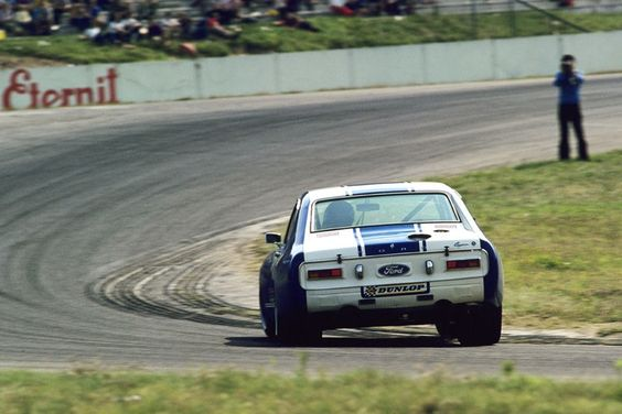 Hans Stuck Capri, 1972 marcou a temporada inaugural do campeonato Deutsche Rennsport Meisterschaft (DRM), e este era o carro a ser batido. Preparado por Zakspeed e dirigido por Hans-Joachim Stuck, o Ford Capri RS esteve no pódio em 12 das 15 corridas que terminou em 1972, incluindo 10 vitórias em um total de 18 partidas. Retratado aqui deslizar graciosamente pelas curvas em Hockenheim em '72, este foi um dos grandes carros Ford corrida.