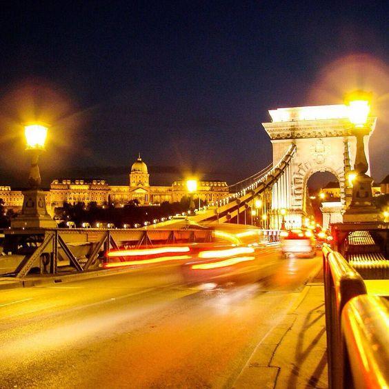 Já falamos e repetimos: à noite as cidades têm outra cara! #malasepanelas #budapeste #noite #viagem #instagood #travelgram #fotodeviagem #viajoteca #bbctravel #wonderfuldestinations #lonelyplanet #lovetheworld #traveldudes #beautifuldestinations