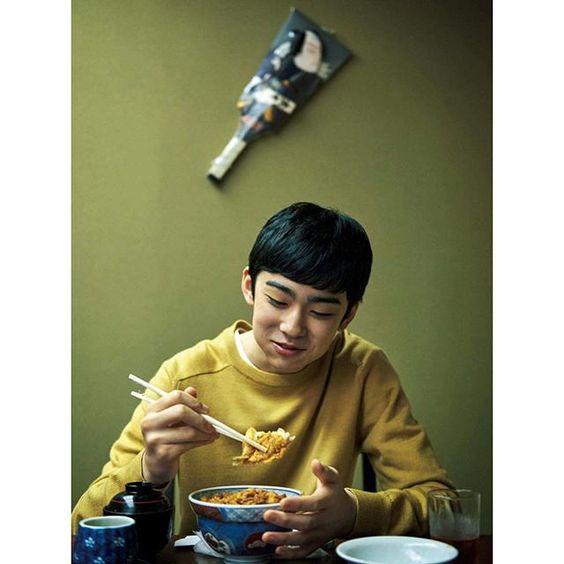 美味しそうにどんぶりを食べる八代目市川染五郎のかっこいい画像
