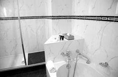 Salle de bain et sa baignoire de marbre blanc au Pavillon Henri IV à Saint-Germain-en-Laye
