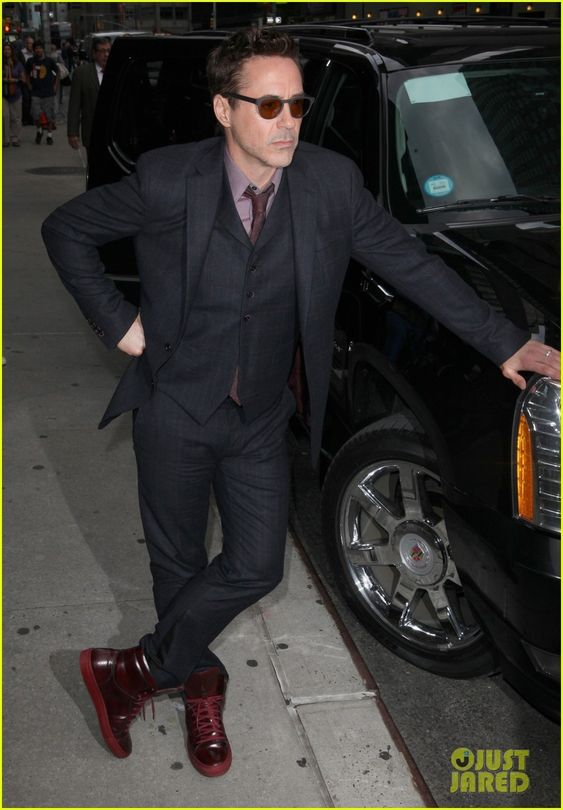 ✌️Robert Downey Jr. wears two different outfits while entering and exiting the studio for an appearance on The Late Show with David Letterman on Tuesday evening (October…✌️ Crediti : Just Jared Passate dal nostro gruppo : https://www.facebook.com/groups/907125109438778/ Instagram : https://www.instagram.com/robert.downey.jr.italy/ -Stark-