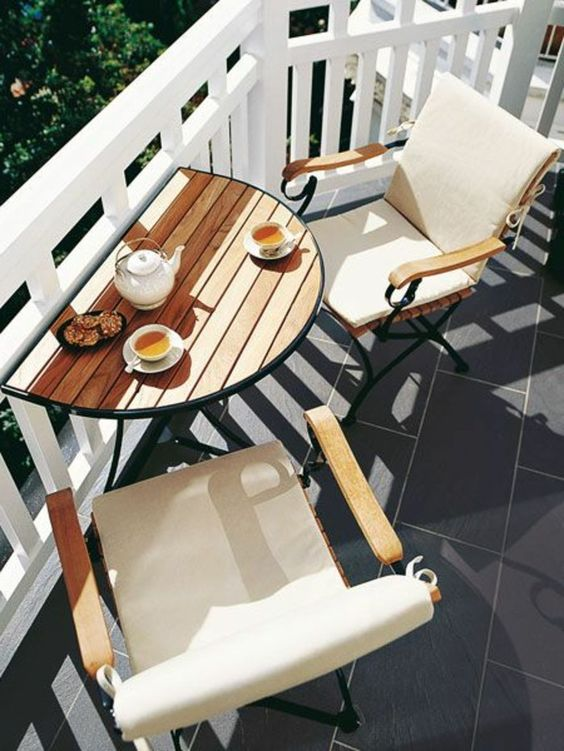 aménager un petit balcon, chaises en bois, housse blanche, table de balcon, tasse de thé