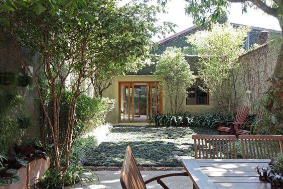 Jardim de fácil manutenção tem grama preta porque não bate sol