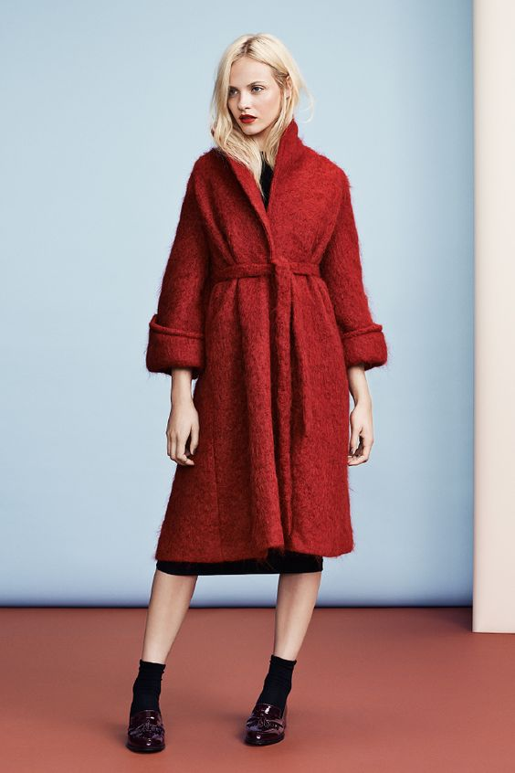Oversized flared coat in a red wool blend. Side pockets wide 3/4