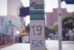 Shoot the Shit aplicou em algumas paradas da cidade de Porto Alegre adesivos convidando as pessoas a informar quais linhas circulavam pelos pontos
