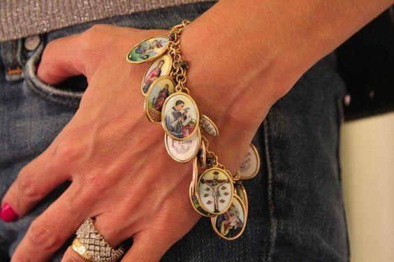 """Há dois meses conhecemos uma joalheria nova e de cara ficamos muito fãs do mix de joias e peças especiais que ela oferece. são desde joias """"básicas"""", para usarmos no dia-a-dia, até as super-hiper-mega poderosas, com pedras preciosas em um design que vai do clássico ao contemporâneo. Mônica Botelho, da marca homônima, vende suas próprias …"""