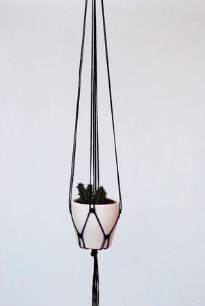 Moderno appendi piante nero a macramé, modello minimalista. Perfetto per un amante delle piante o per chiunque voglia dare un tocco di colore a casa, ufficio, giardino. Quest'in - 9355313